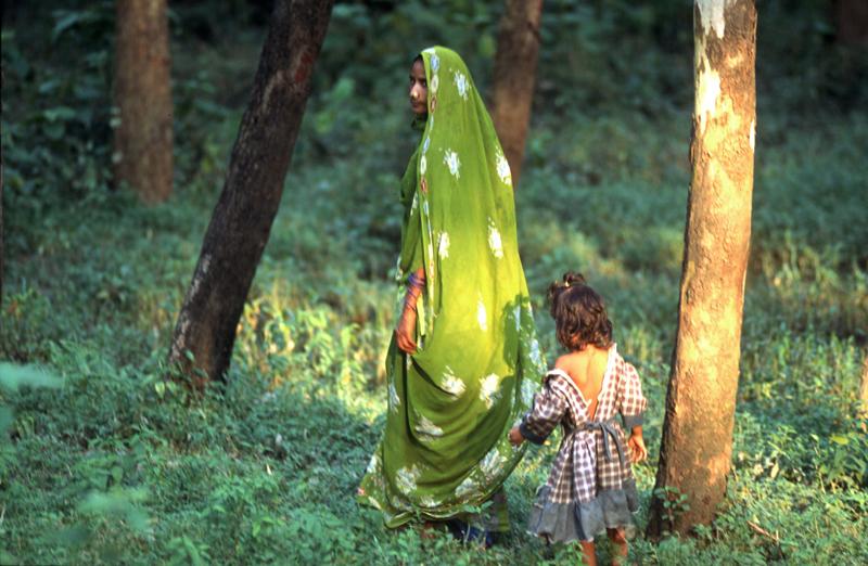 Mother and daughter walk through the sacred gardens of Lumbini (NEPAL)